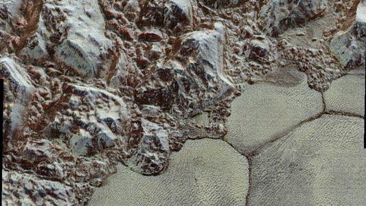 Nuevas fotografías de Plutón en alta resolución desvelan un mundo complejo y hermoso
