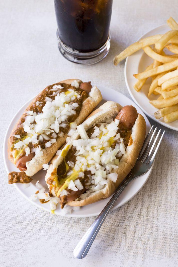 Imagen de patatas fritas y perritos calientes Coney en American Coney Island en Detroit, Michigan