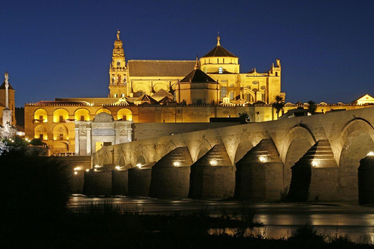El centro histórico de Córdoba es uno de los cascos antiguos más grandes de Europa. En el año 1984, la Unesco declaró a la mezquita-catedral ...