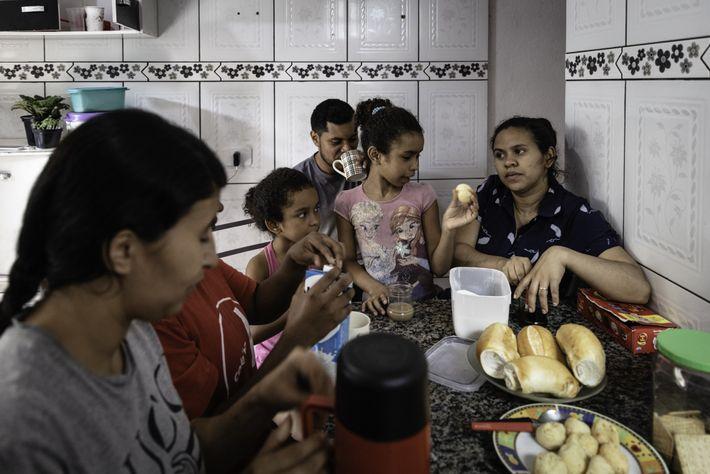 Una familia desayunando