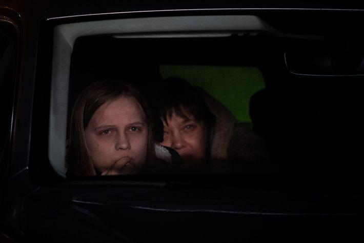 Familias como Isabelle Hoffren (izq.) y Gunilla Cronholm querían apoyar la apertura del primer autocine de Gotemburgo el ...