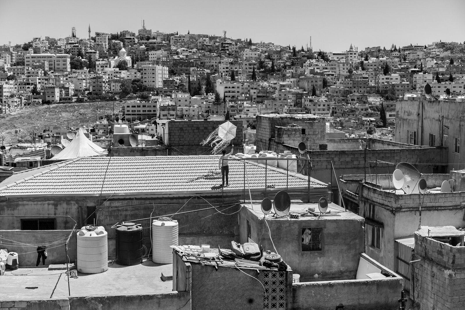 Fotografía de un joven jordano volando una cometa