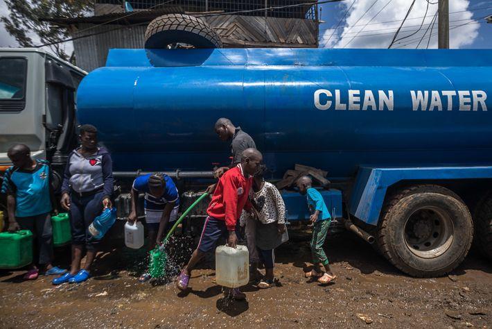 Residentes de Kibera llenan garrafas