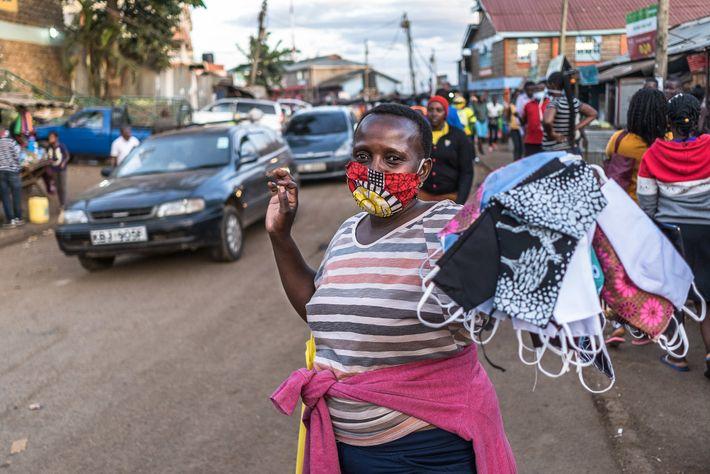 Una mujer vende mascarillas