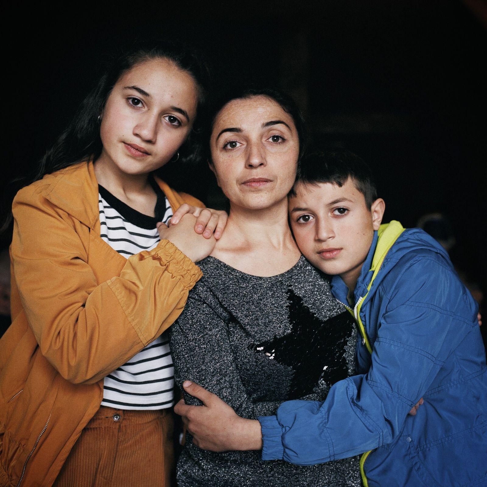 Arina Sarkisyan y sus hijos Mariam y Narek