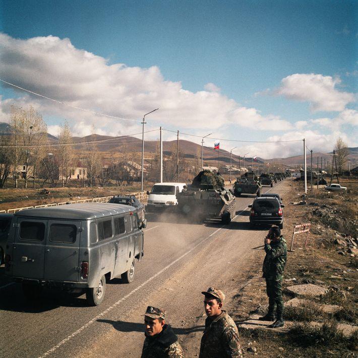 Un convoy ruso pasa por un control militar armenio