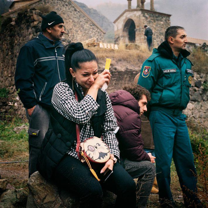 Lilit Galstayan llora en el monasterio de Dadivank