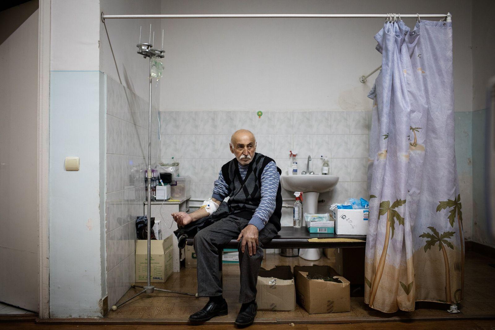 Un hombre con un supuesto caso de COVID-19 en el hospital