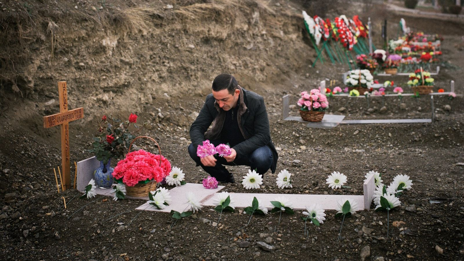 Un hombre visita un cementerio militar en Stepanakert