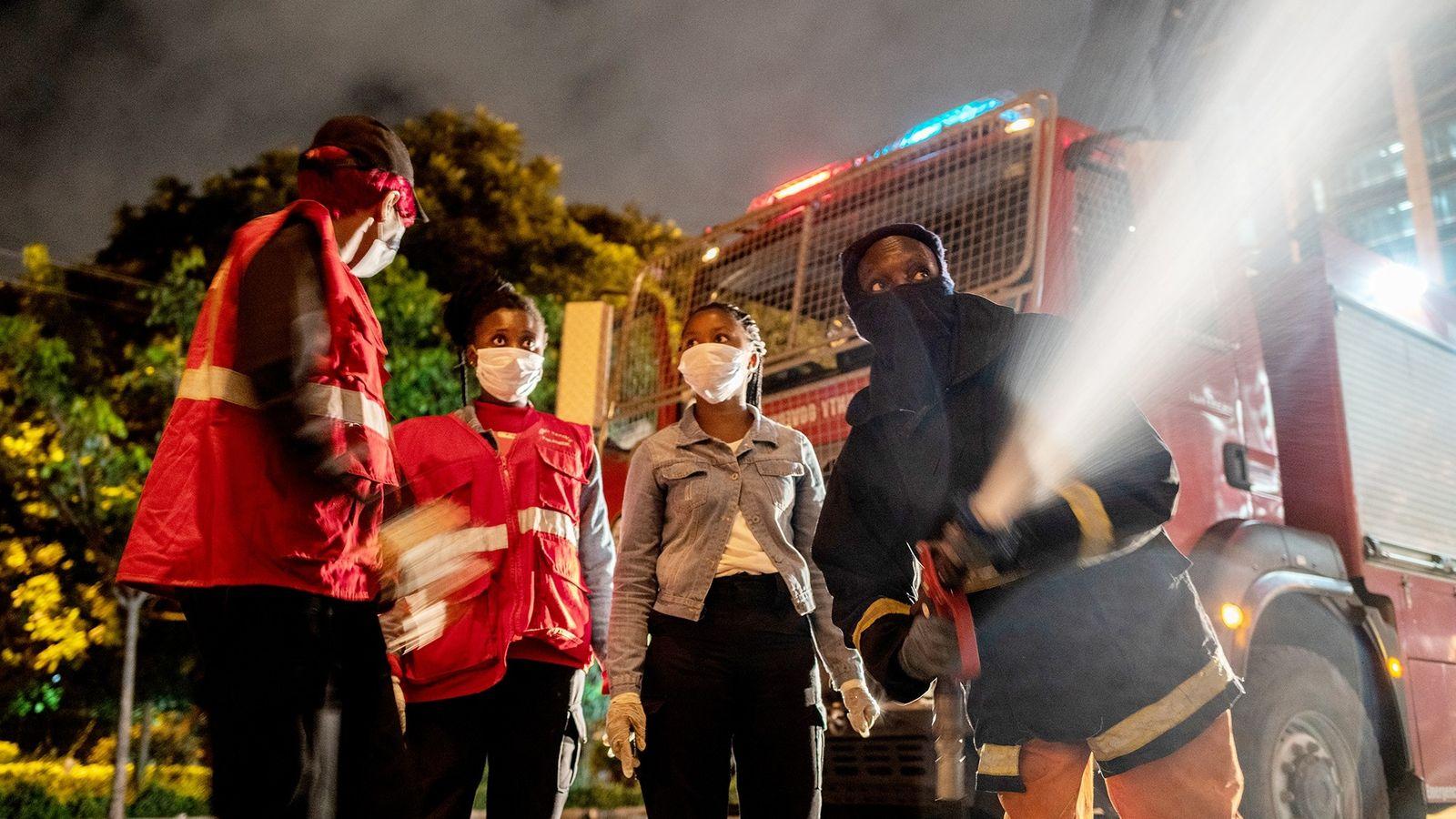 Paramédicos, bomberos y voluntarios
