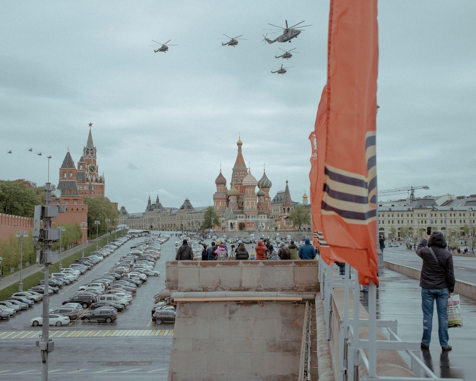 Aviones militares sobrevuelan la Plaza Roja