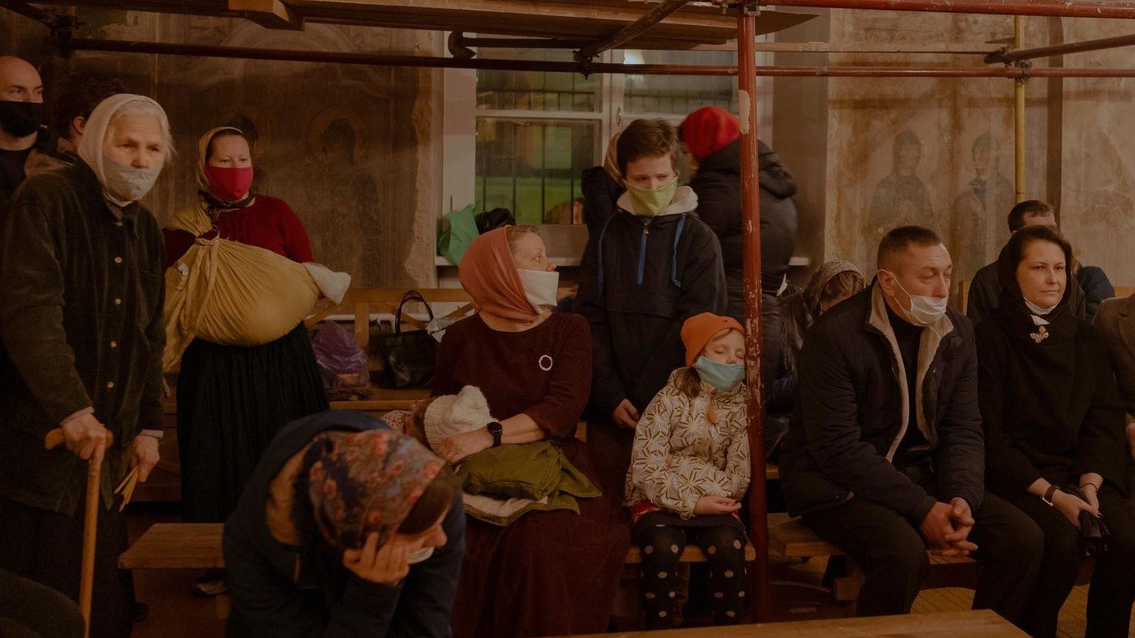 Dentro de una de las iglesias de Tver, una ciudad secular a orillas del río Volga, ...