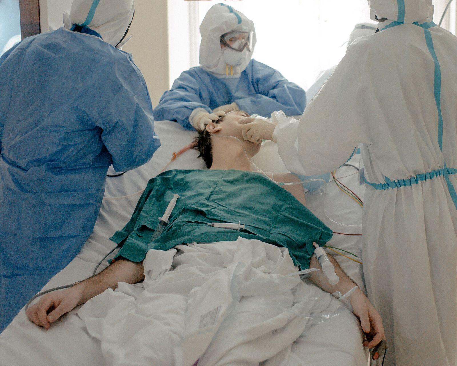 Los trabajadores médicos intuban a un joven