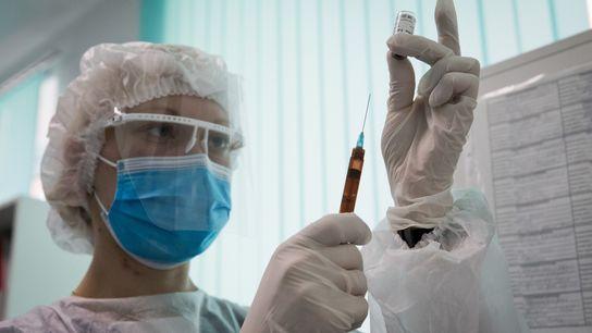 Una enfermera prepara la vacuna Gam-COVID-Vac