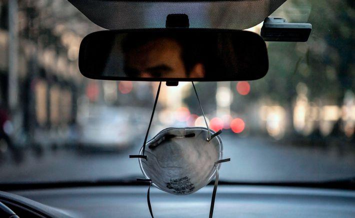 Una mascarilla cuelga del espejo retrovisor