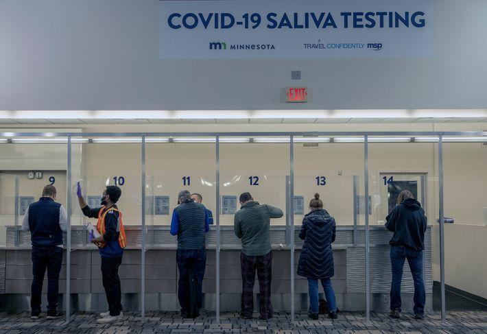 Los viajeros se hacen una prueba de COVID-19