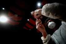 Un enfermero prepara una jeringuilla de la vacuna anti-COVID-19