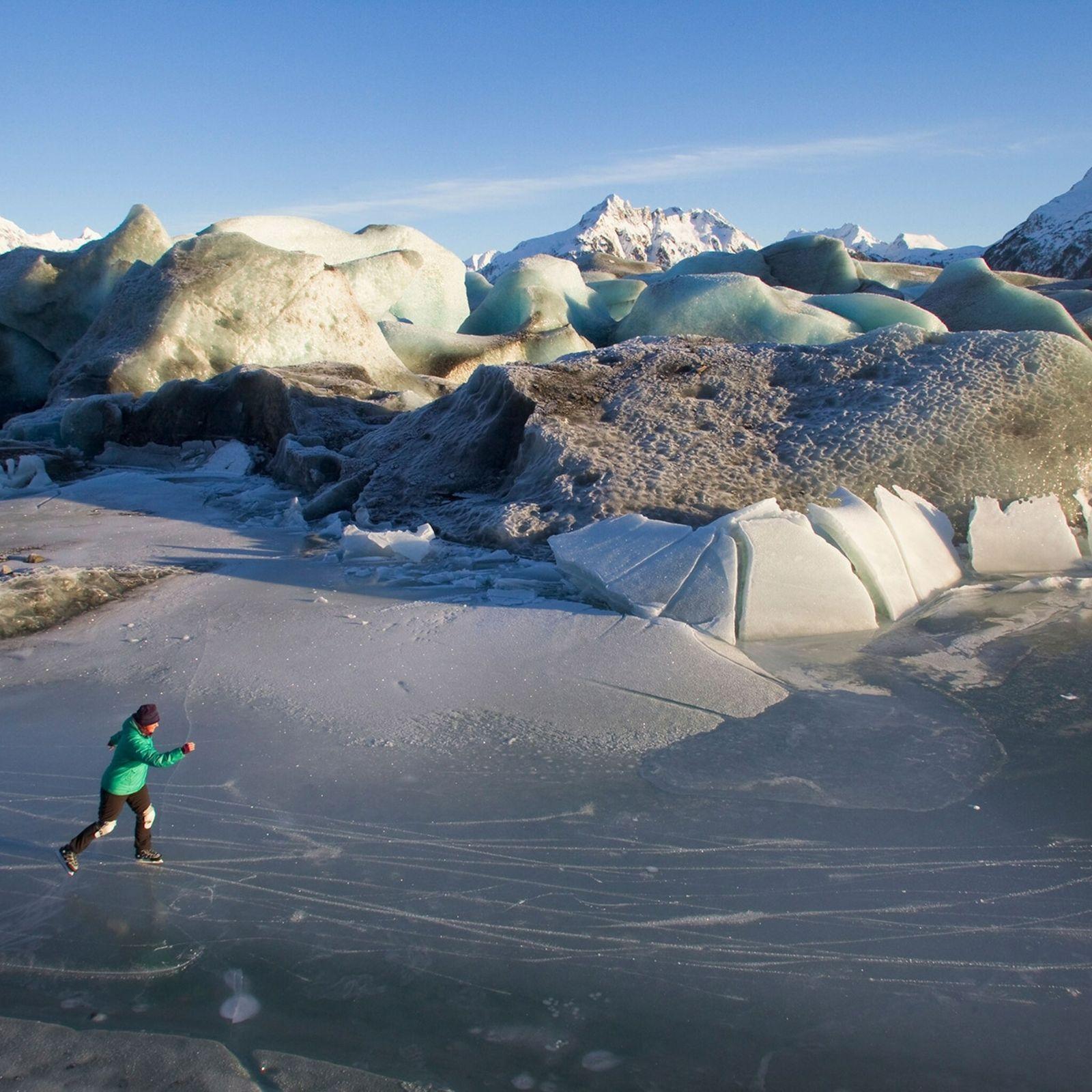 Una mujer patina sobre el hielo cerca del glaciar Sheridan