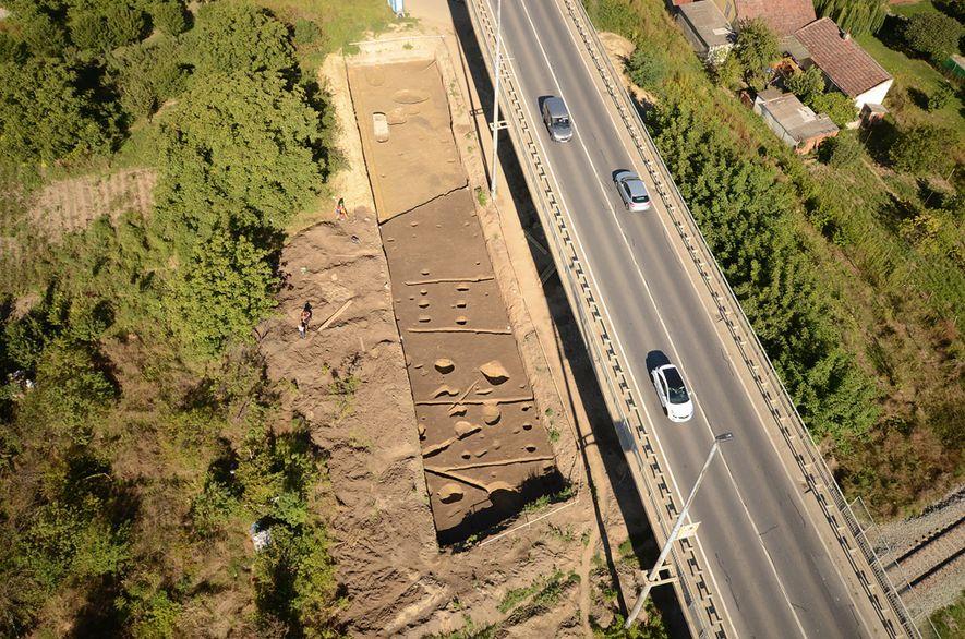 Una fotografía aérea de la fosa de Hermanov vinograd, cerca de Osijek, en el este de ...