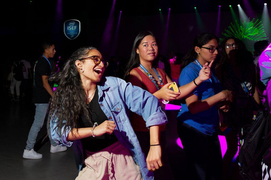 Tras la evaluación de los jueces, las participantes se relajan en la fiesta de baile. Esta feria de ciencias de una semana celebrará su 70º aniversario en 2020.