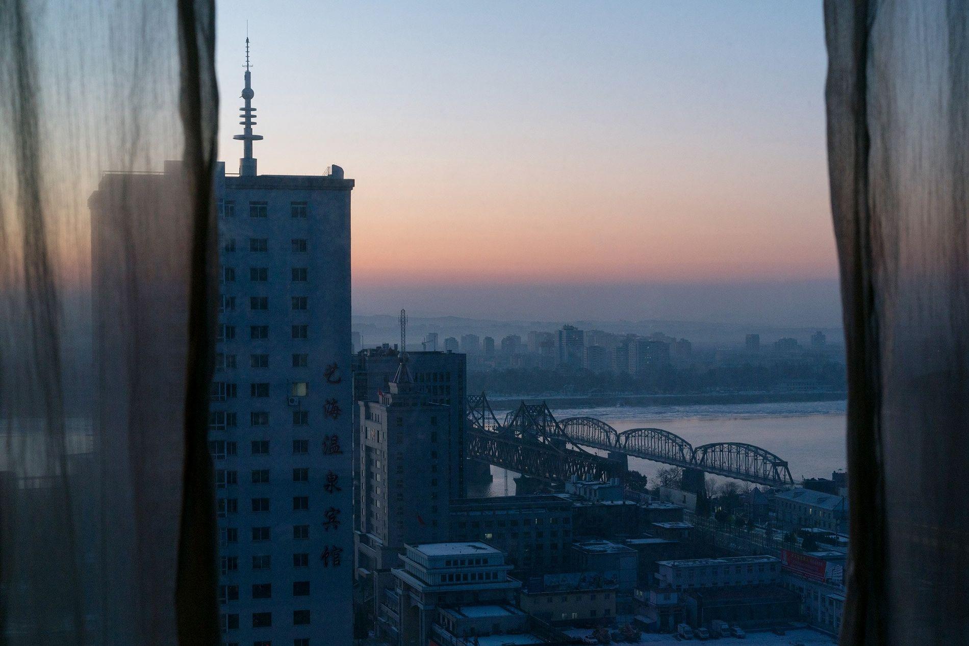 El sol se pone en Dandong, China.