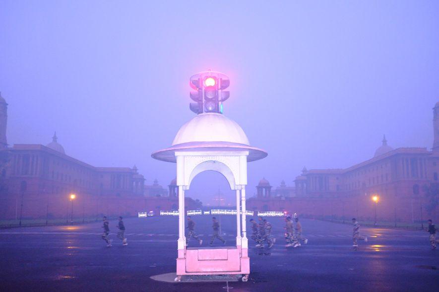 El personal del ejército corre por la mañana en medio de humo denso en la colina …