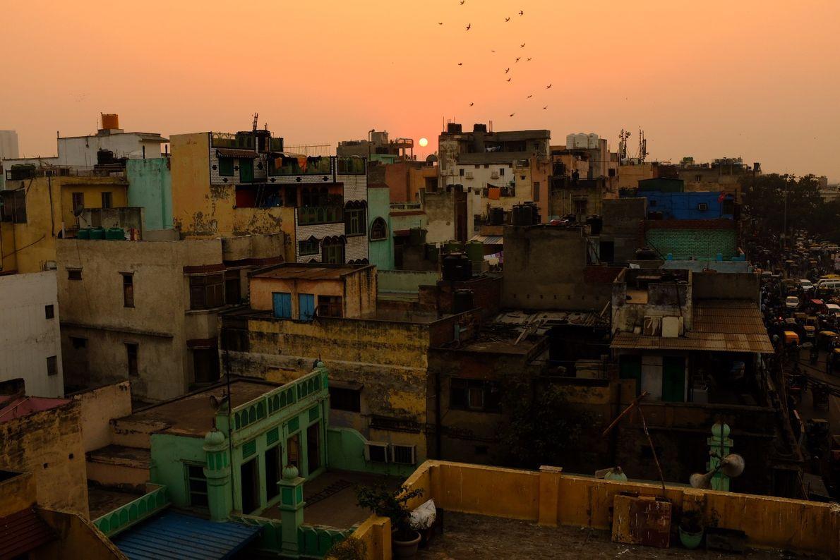 El sol se pone sobre los tejados
