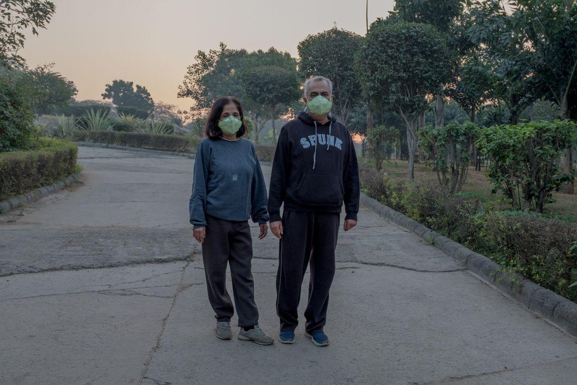 Una pareja con mascarillas
