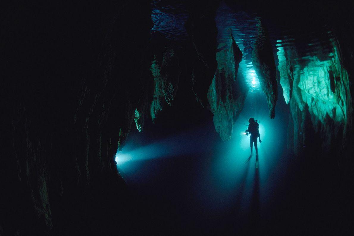 Un buzo en la cueva Chandelier