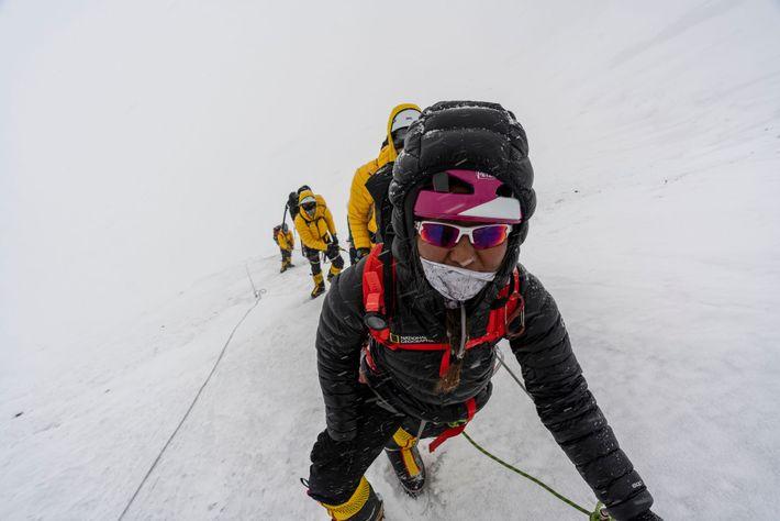 Dawa Yangzum Sherpa y su equipo