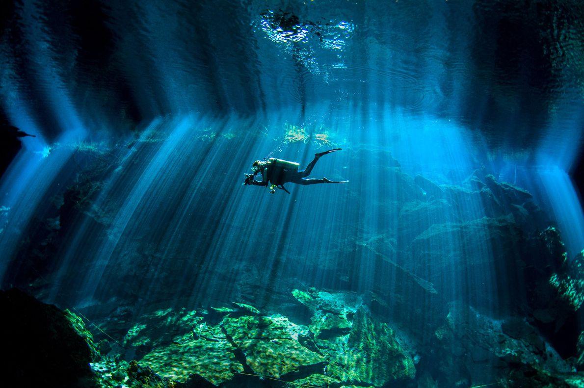 Un buzo nada en el cenote de Chac Mool, en México.