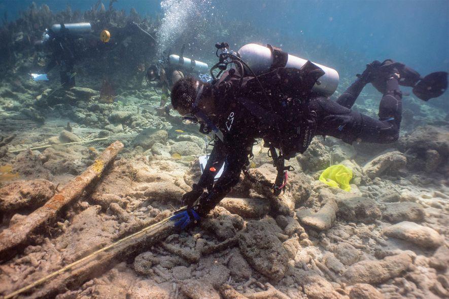 El instructor Kamau Sadiki examina parte de un pecio en los cayos de Florida.