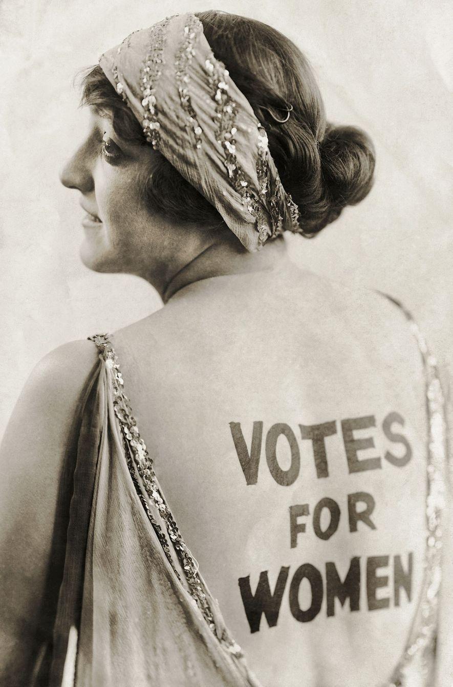 La actriz Dorothy Newell fue una sensación nacional en 1915 cuando se pintó en la espalda la demanda de igualdad de derechos menos de un mes después de que decenas de miles de mujeres marcharan por la Quinta Avenida. Dos años después, Nueva York otorgó a las mujeres el derecho a voto y en 1920, el país entero. Hizo falta una campaña continua puesta en marcha en 1848 para que las mujeres consiguieran el derecho a voto que les negaba la Constitución estadounidense.