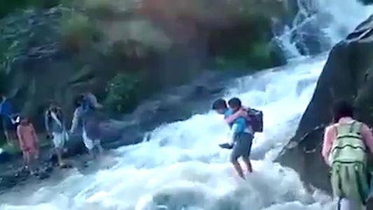 Estos niños se ven obligados a caminar 2 kilómetros y atravesar un río para ir a ...