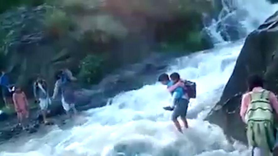 Para Irem à Escola, Estas Crianças Atravessam Um Rio Mortal