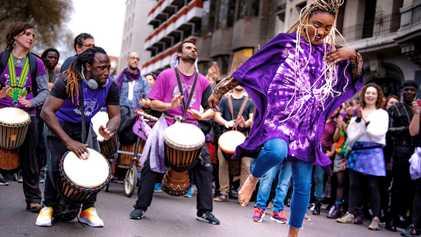 Madrid baila al son del 8M que tiñe de nuevo las calles de cientos de ciudades