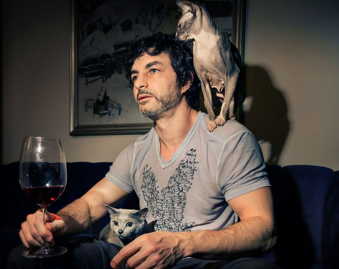 Alex Kneller con los gatos Ziggy y Luna