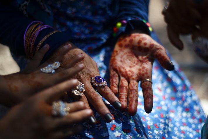 Las jóvenes beduinas llevan henna en las manos