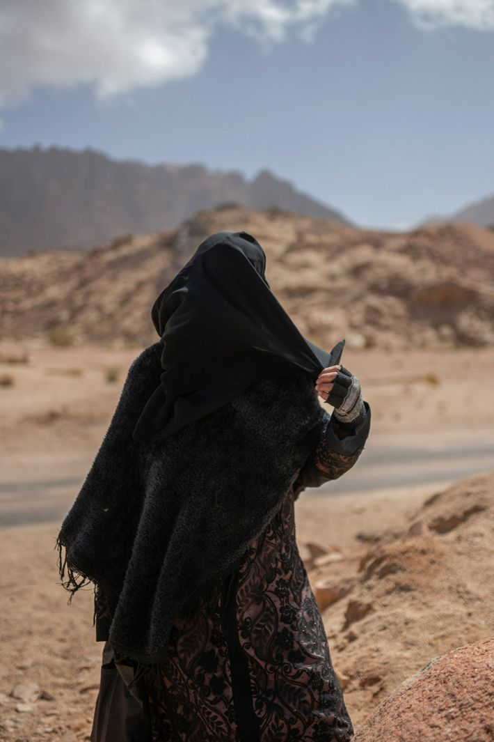 Una mujer espera su turno para entrar en una clínica