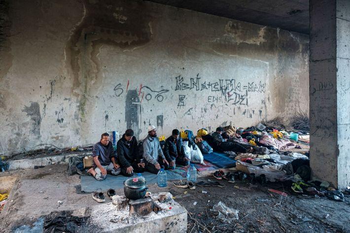 Los migrantes musulmanes rezan en un campamento
