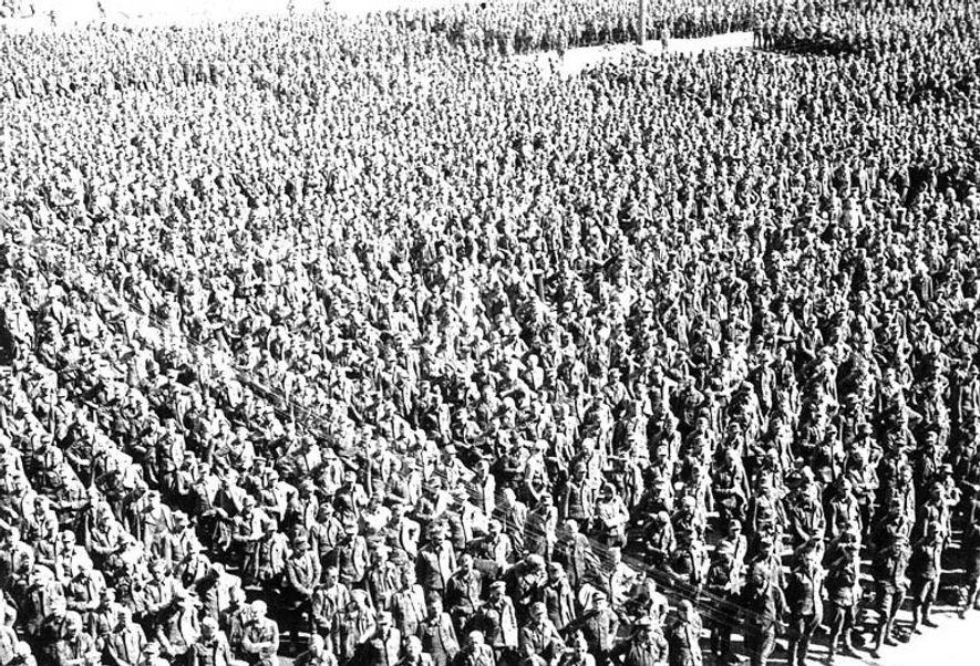 Decenas de miles de prisioneros de guerra alemanes forman en el campo de prisioneros de Khodynka, Moscú, en los días previos a la caída de Berlín.