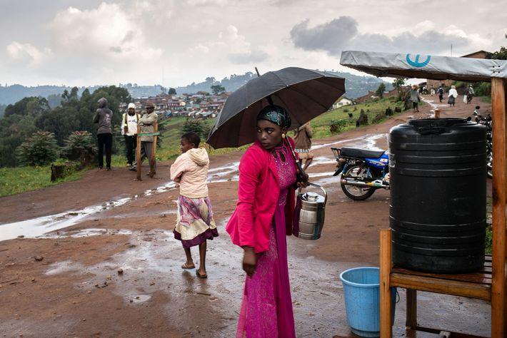 Una mujer se lava