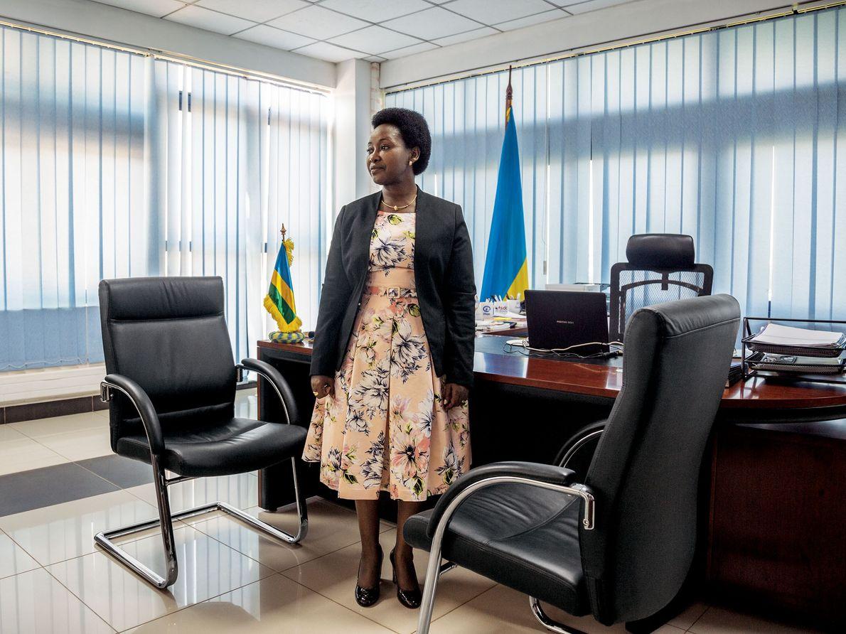 Según Solina Nyirahabimana, ministra de Género y de Promoción de la Familia, las mujeres encabezan las …