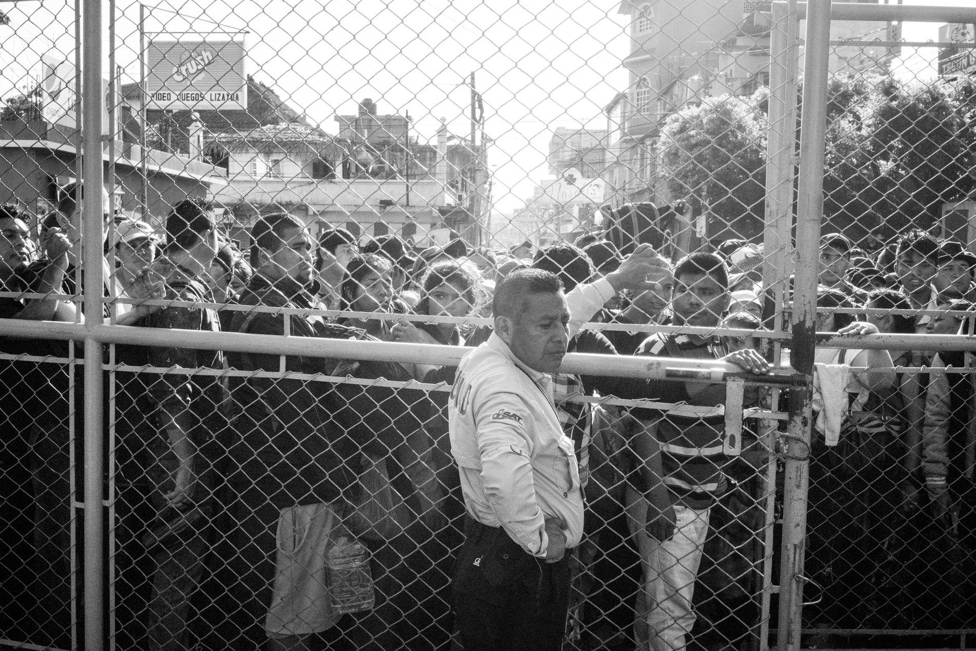 Tecún Umán, Guatemala. 2 de noviembre de 2018. Los migrantes salvadoreños se acumulan en el cruce fronterizo oficial en Tecún Umán, con la esperanza de que les permitan cruzarla legalmente hacia México en su viaje hacia el norte, a la frontera de los Estados Unidos.