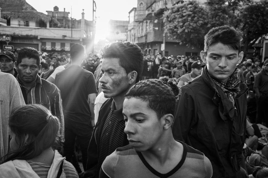 Tecún Umán, Guatemala. 2 de noviembre de 2018. A partir de las 5 de la mañana, los inmigrantes se acumulan en la frontera de Guatemala a la espera de que las autoridades les permitan cruzar a México. Cuando parecía que no les dejarían entrar legalmente, cientos de personas atravesaban una franja poco profunda del río para llegar a México.
