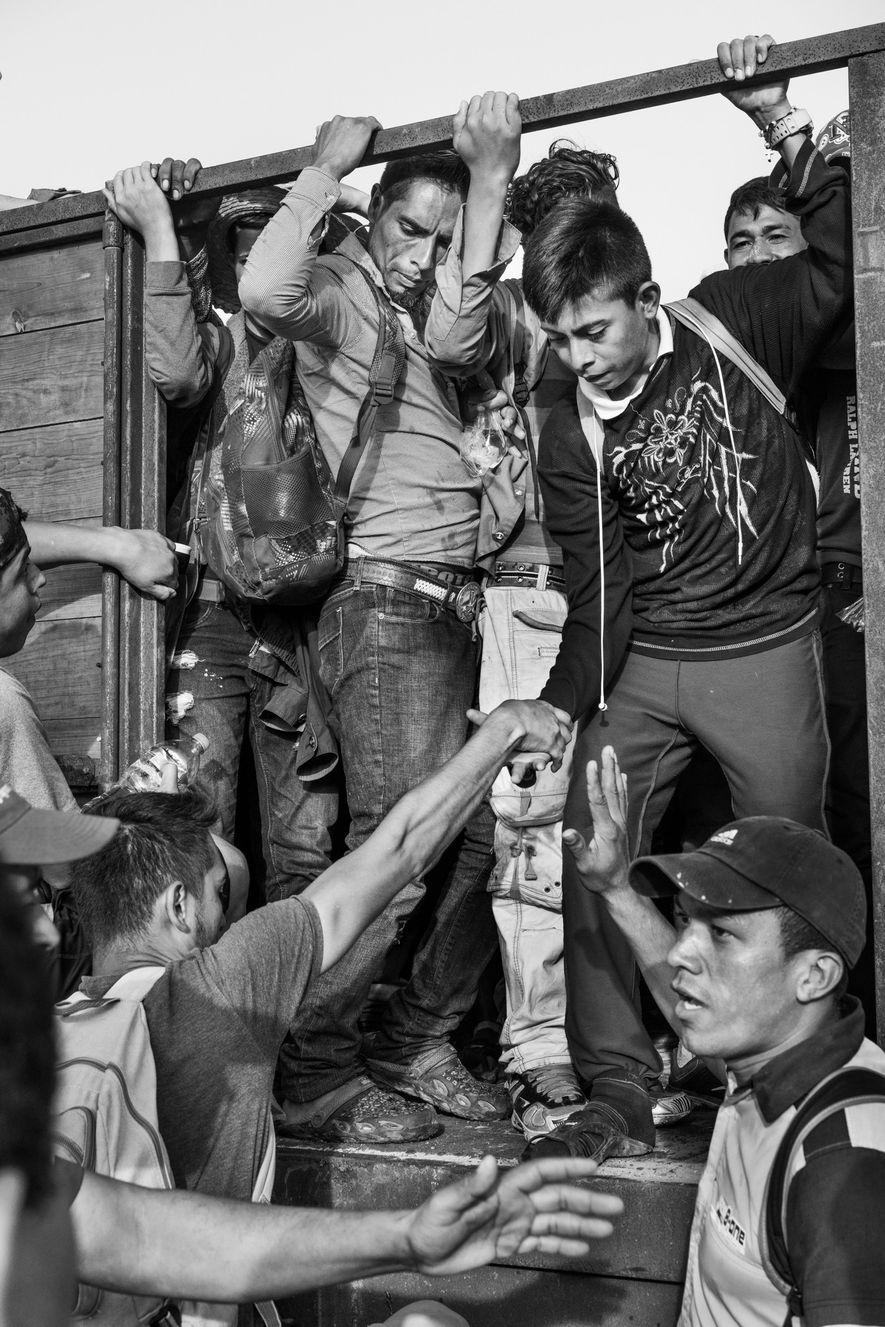 Los Corazones, Oaxaca, México. 27 de octubre de 2018. Un grupo de migrantes centroamericanos, que forma parte de una caravana de miles de personas, viajan en una camioneta cerca de la aldea de Los Corazones, en Oaxaca, México.