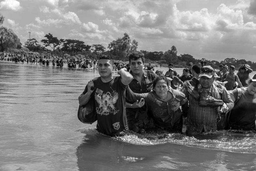 Río Suchiate, frontera entre México y Guatemala. 2 de noviembre de 2018. Una caravana de migrantes salvadoreños cruza el río Suchiate de Guatemala a México después de que las autoridades migratorias mexicanas rechazaran su petición de entrar en México legalmente.