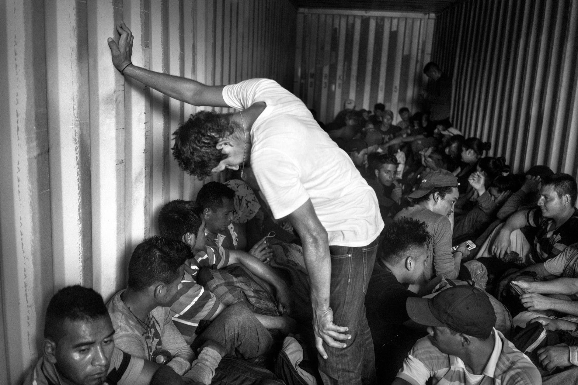 El Gulsnay, El Salvador. 31 de octubre de 2018. Decenas de migrantes, parte de una caravana de cientos de migrantes de El Salvador que se dirige a Estados Unidos, viajan dentro de un camión en camino a la frontera entre El Salvador y Guatemala.