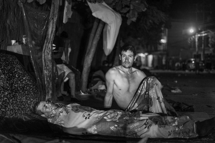 San Pedro Tapanatepec, Oaxaca, México. 28 de octubre de 2018. Los migrantes duermen al aire libre en el jardín de una casa de la aldea de San Pedro Tapanatepec.