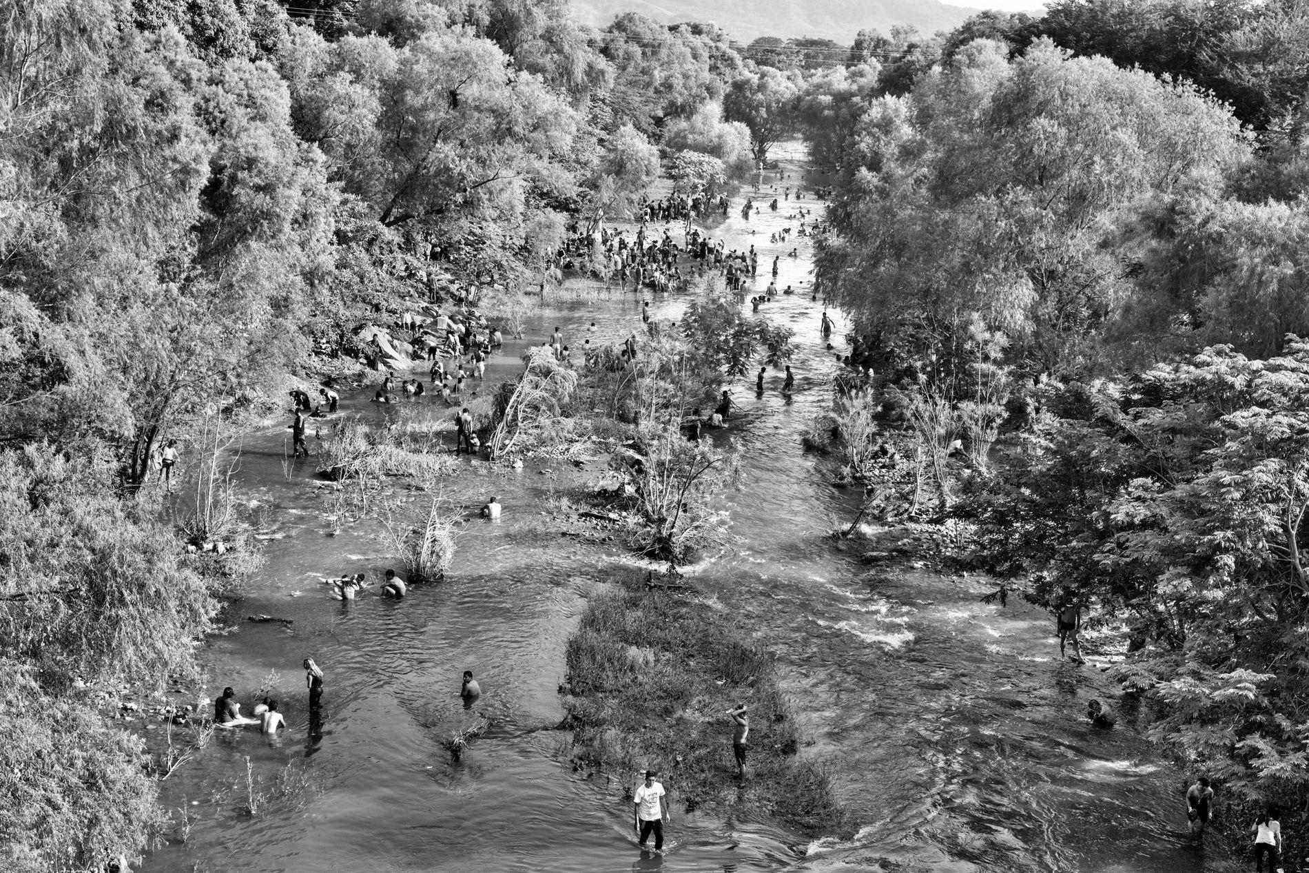 San Pedro Tapanatepec, Oaxaca, México. 28 de octubre de 2018. Cientos de migrantes centroamericanos se refrescan, se bañan y limpian la ropa en el río Novillero en la localidad de San Pedro Tapanatepec, en Oaxaca, México. Los migrantes pasaron dos noches en San Pedro antes de proseguir su viaje hacia el norte, hacia la frontera estadounidense.